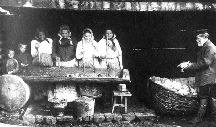 В подготовке к зиме участвовал и стар, и млад..., 1914 год.