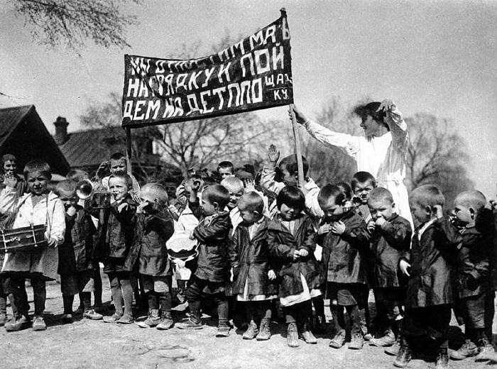 Мы отпустим мать на грядку и пойдем на детплощадку, 1928 год.
