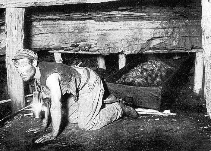 Шахтер вытаскивает короб с углем из забоя, 1890 год.