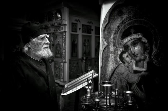 Святой отец во время молитвы. Автор фотографии: Роман Мордашев (Mordashev Roman).