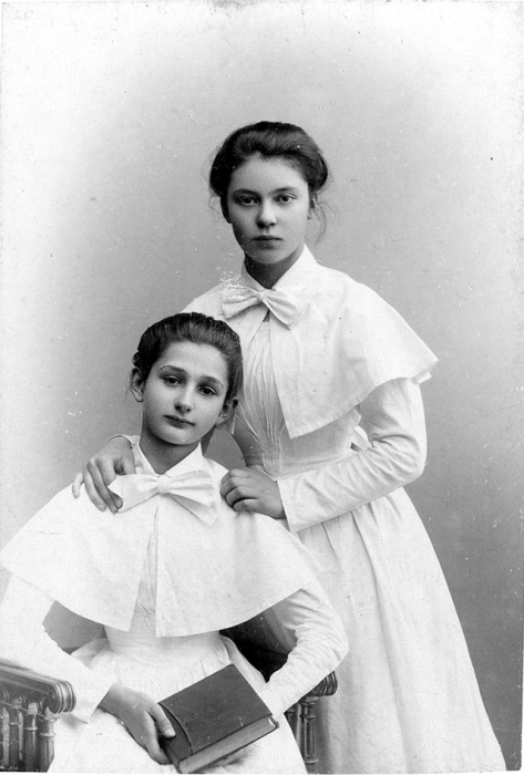 Александра Николаевна Зипалова стоит около лучшей подруги.