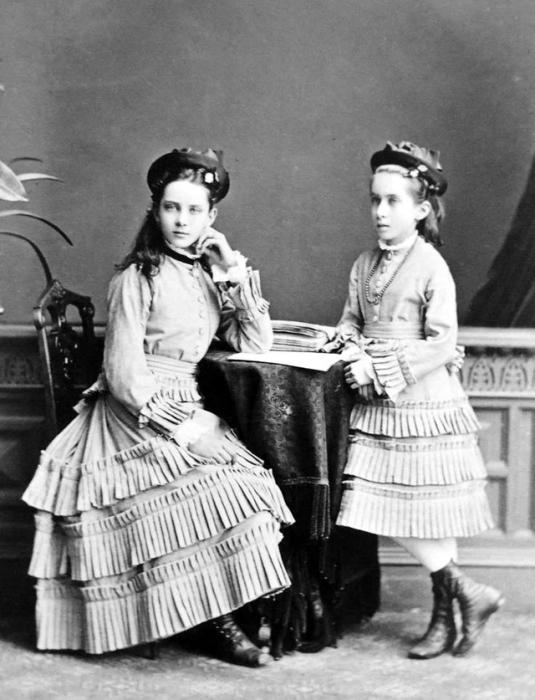 Юсупова Зинаида Николаевна и Юсупова Татьяна Николаевна на семейном портрете.