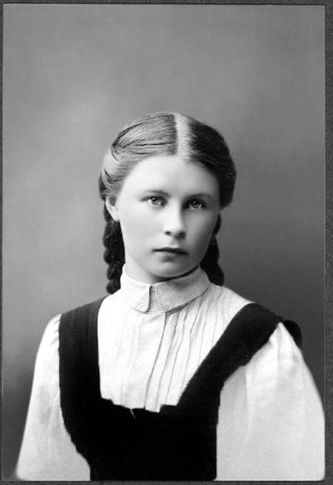 Выпускница женской гимназии города Бугуруслана Валя Гущина. 1908год.