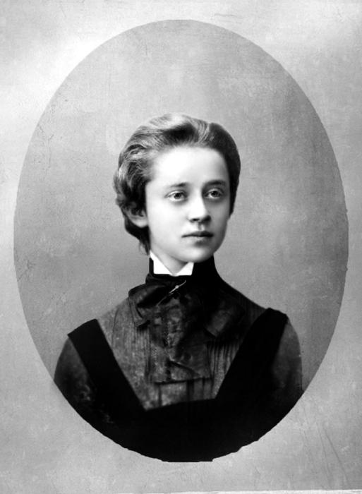 Окончила Таганрогскую Мариинскую гимназию с золотой медалью.