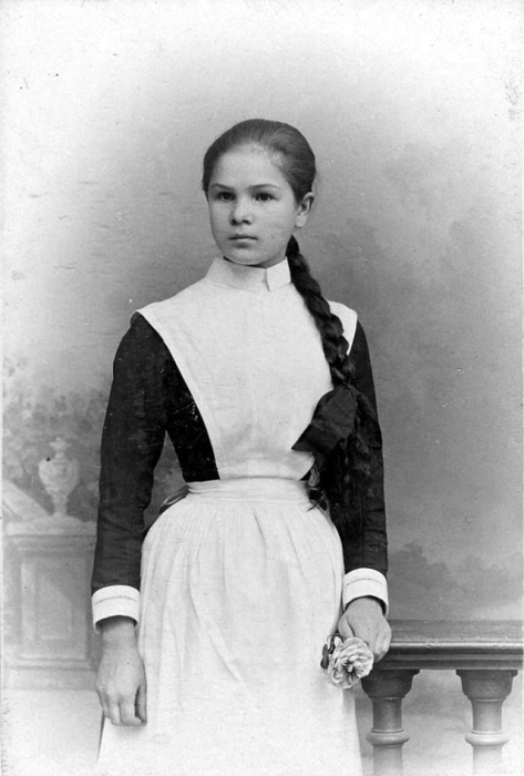 Девушка из Санкт-Петербургской гимназии в нарядной форме.
