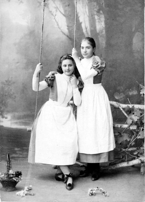 Школьную форму девочки носили как во время учебы так и в повседневной жизни.