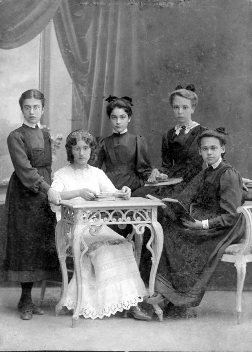 Учительница в окружении своих учениц из Севастопольской женской гимназии. 1912 год.
