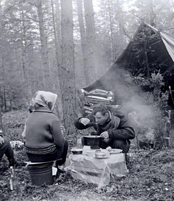 Юрий Гагарин во время пикника в лесу.