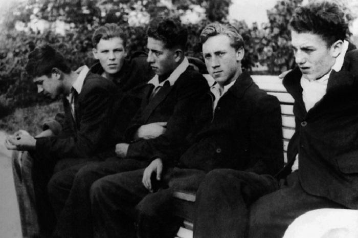 Владимир Высоцкий и его одноклассники, 1955 год.