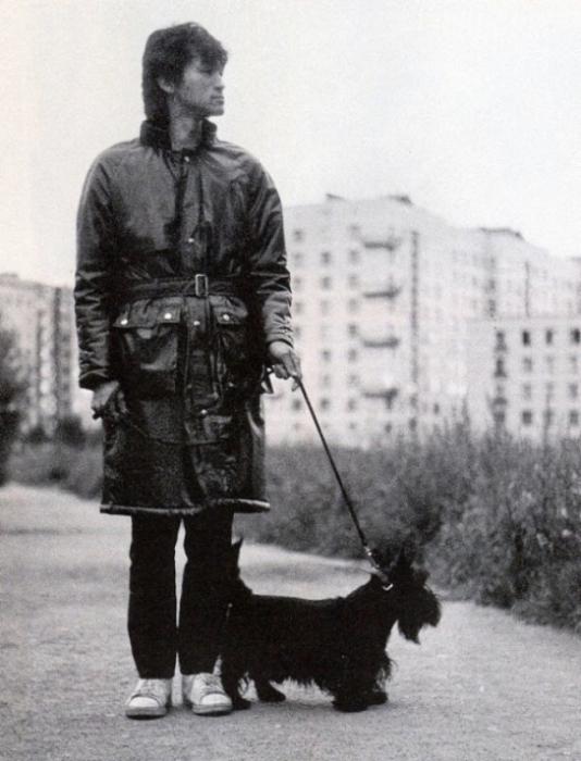 Виктор Цой с собакой Бил на прогулке, сентябрь 1985 года.