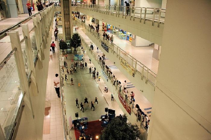Филиппины. Манила. Торговый центр с большей частью пустых коридоров и бесполезных бутиков.