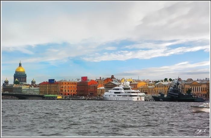 Здесь можно увидеть по-соседству пришвартованные: океанскую яхту и военный ракетный катер.