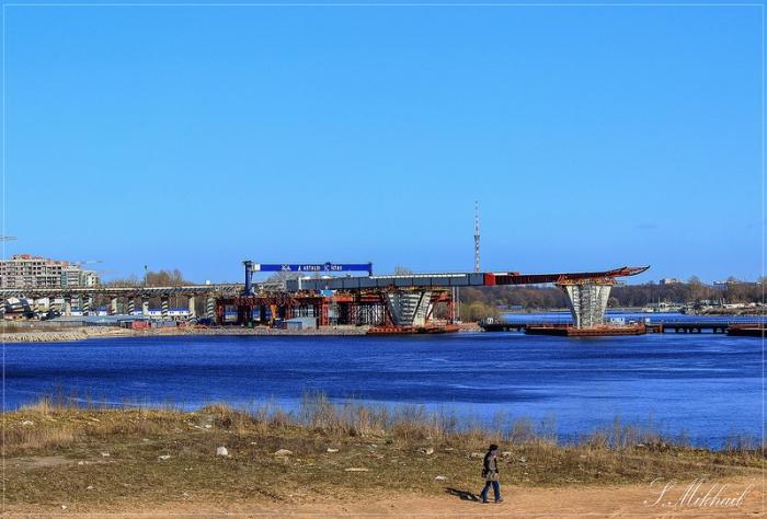 Строительство современной многополосной магистрали.