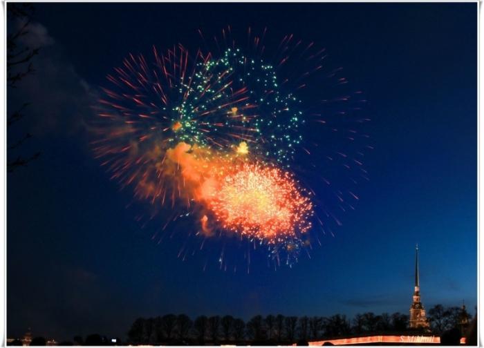 Празднование дня ВМФ заканчивается вечерним салютом.