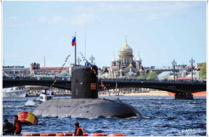 Подводная лодка в парадном строю кораблей на Неве.