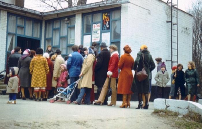 Длинная очередь в билетную кассу харьковского кинотеатра (1981 год).