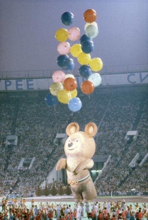 Медвежонок Миша торжественно покидает «Лужники» во время церемонии закрытия Олимпийских игр 1980-го года в Москве.