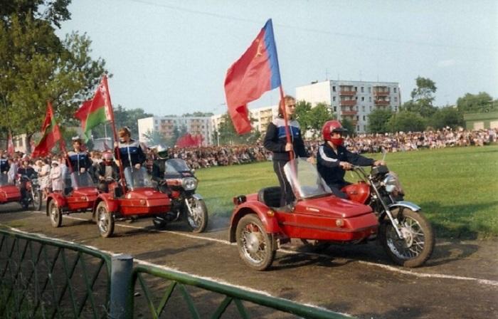 Водители на светских мотоциклах с колясками  принимают участие в параде «мирной артиллерии» в 1987 году.