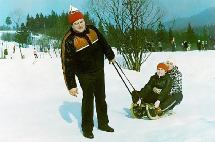 Санки, лыжи и коньки – веселые зимние развлечения детей и взрослых в эпоху до появления Интернета.