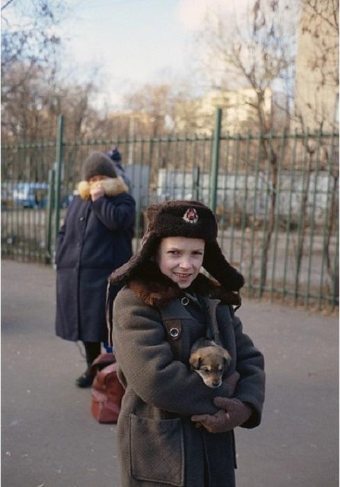 Мальчик со щенком на одной из осенних московских улиц в 1987 году.