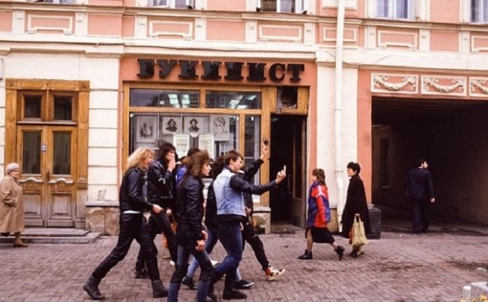 «Неформалы» - представители субкультурного сообщества, прогуливающиеся по улице Москвы в 1987 году.