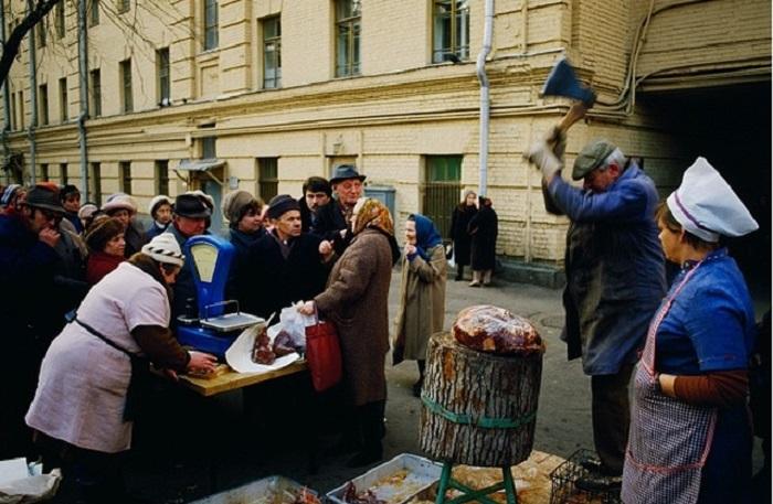 Люди выстраиваются в очередь, чтобы приобрести свежее мясо к празднованию Дня Октябрьской революции (1987 год).