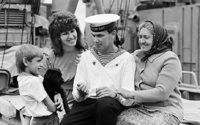 Близкие родственники приехали встретиться с моряком, недавно призванным на службу (1989 год).