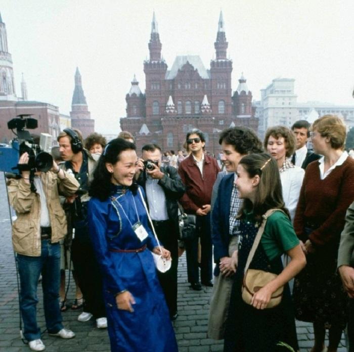 Американская девушка Саманта Смит (Samantha Smith) фотографируется на знаменитой Красной площади в 1983 году.
