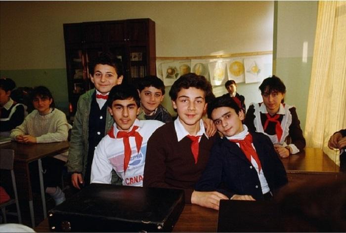 Советские школьники в Ереване (Армения) во время перемены (1989 год).