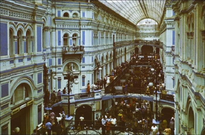 Вот как выглядел крупный торговый комплекс в центре Москвы в 1986 году.
