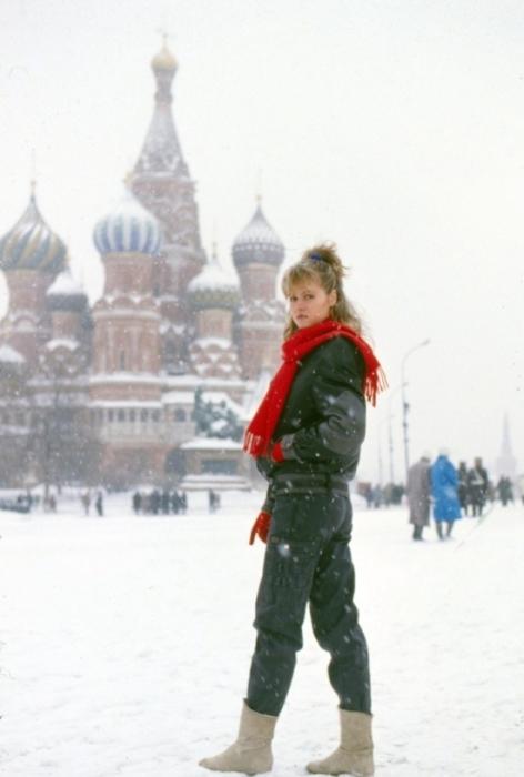 Девушка позирует в новых джинсах, выпущенных первой фабрикой по пошиву джинсовой одежды в Москве в 1987 году.