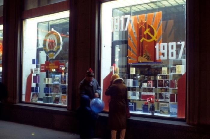 Окна одного из московских книжных магазинов, украшенные советской символикой (1987 год).
