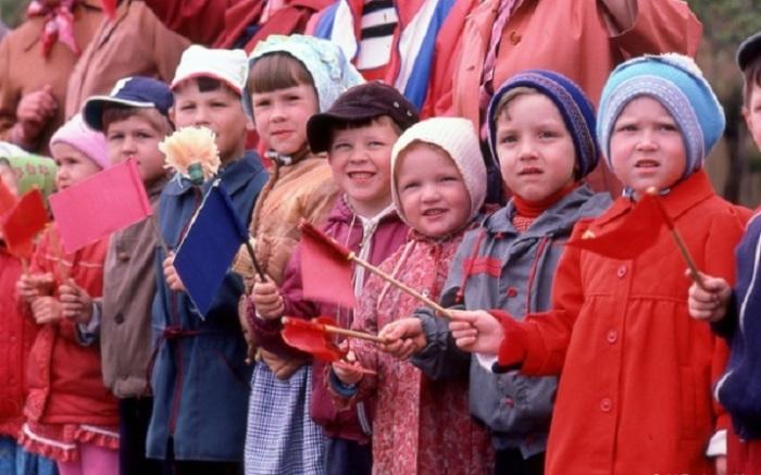 Дети, принимавшие участие в советско-американском марше за мир, одним из организаторов которого был Стив Возняк (Steve Wozniak).