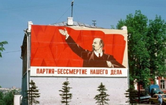 В СССР прекрасно понимали необходимость правильной мотивации людей, в следствие чего имели место многочисленные агитационные лозунги.
