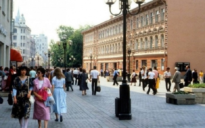 Очень популярная пешеходная улица со множеством сувенирных лавок.