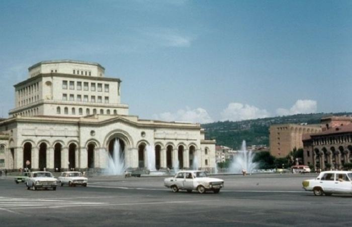 Площадь Республики - центральная площадь города, созданная по проекту архитектора А. Таманяна.