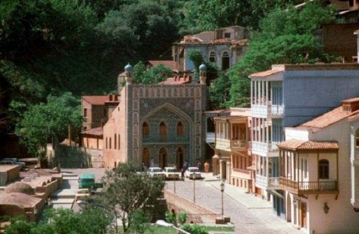 Старинный уголок грузинской столицы с серными банями и мечетью.