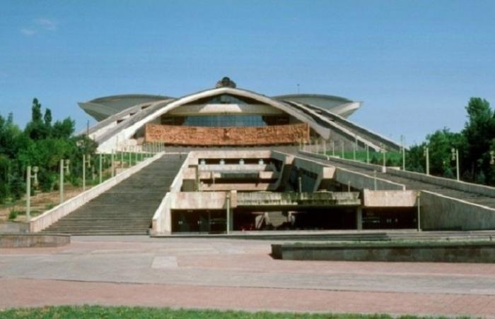 Стадион в Ереване - самый большой и единственный двухъярусный стадион в Армении.