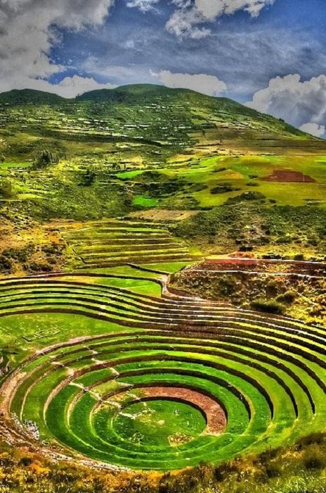 Долина лежит в пределах перуанских Анд и находится рядом со столицей империи инков Куско.