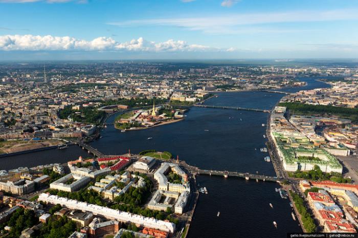 Город расположился на побережье Финского залива и в устье реки Невы.
