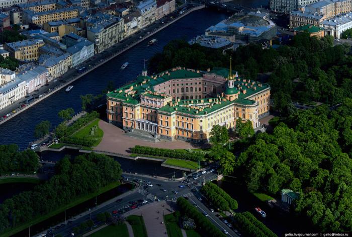Бывший императорский дворец, построенный по заказу императора Павла I на рубеже XVIII—XIX веков и ставший местом его смерти.