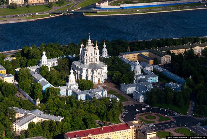 Собор входит в состав архитектурного ансамбля Смольного монастыря, который находится на левом берегу Невы на Смольной набережной.