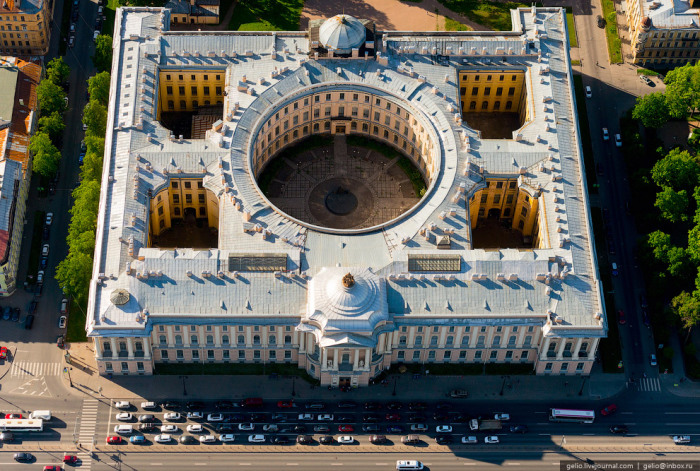 Старейшее и крупнейшее в России художественное учебное заведение.