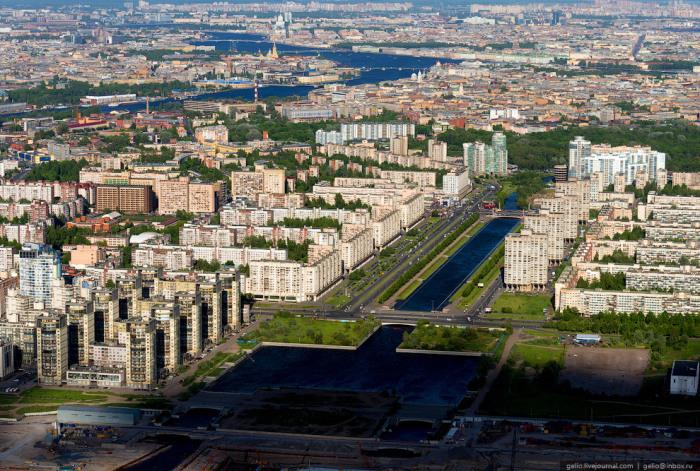 Набережная проходит по обоим берегам реки Смоленки.
