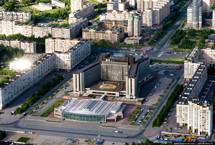 Гостиница расположена на берегу Финского залива.