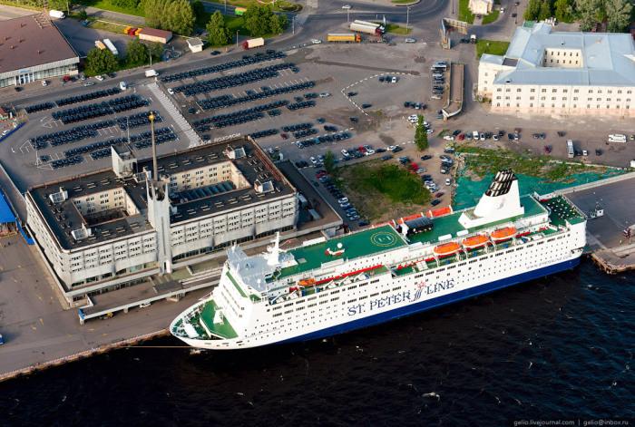 Морской Вокзал, используемый как терминал регулярных паромных линий в Хельсинки, Стокгольм и Таллин.