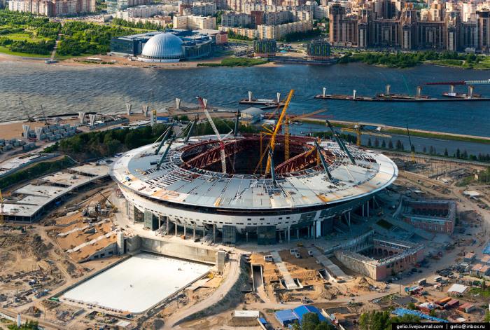 Строящийся стадион в западной части Крестовского острова.