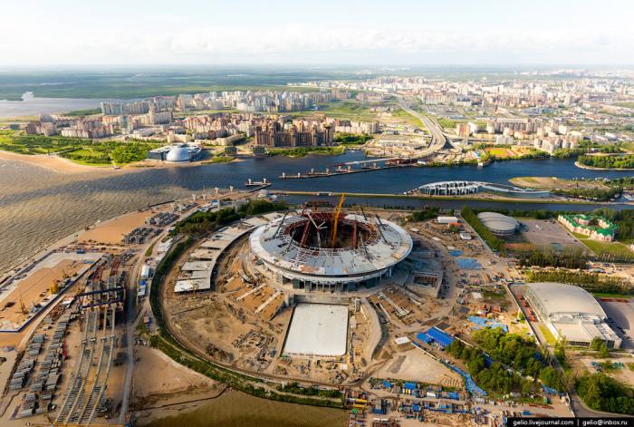 Строительство возле стадиона.