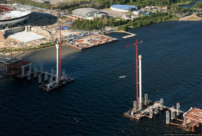 Строительство вантового моста через Петровский канал.