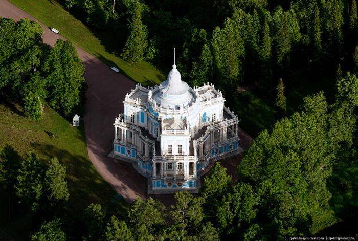 Четырехъярусное здание, высотой 33 метра, увенчанное куполом.